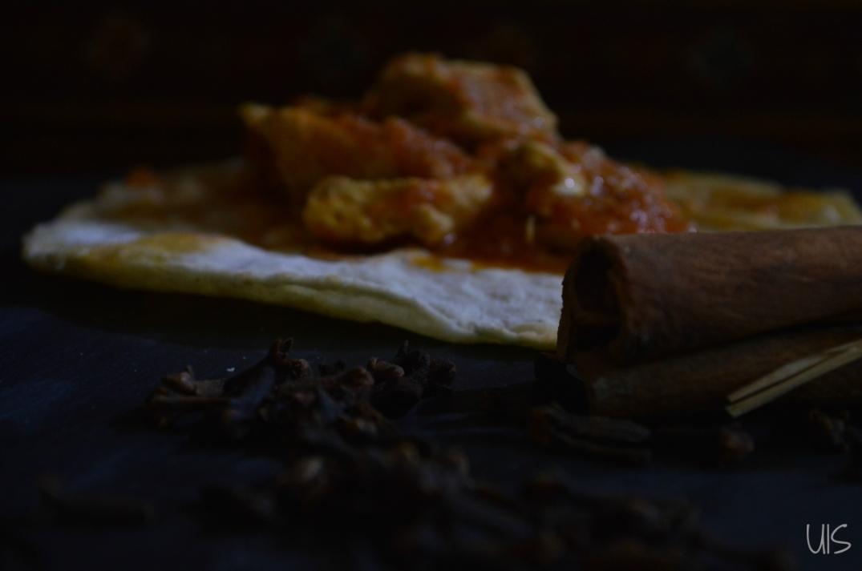 pollo murgh masala con pan indio chapati