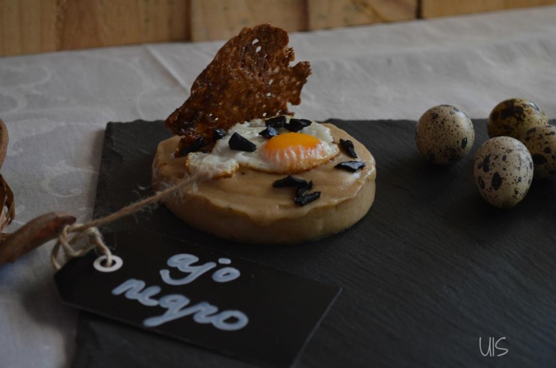 Crema de patatas con crujiente de ajo negro y huevo de codorniz