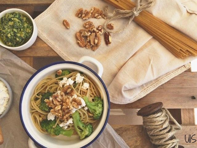 Espaguetis con brócoli y pesto de rúcula y nuez
