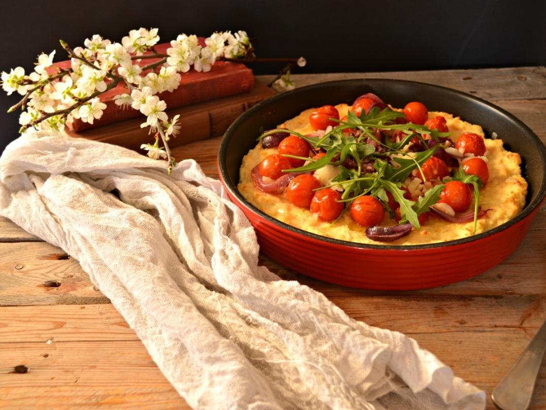 Pizza de requesón con tomates cherry y cebolla morada
