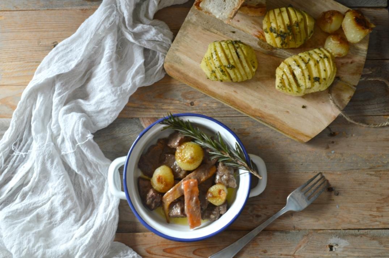 Estofado de carne con cebollitas francesas y patatas hasselback