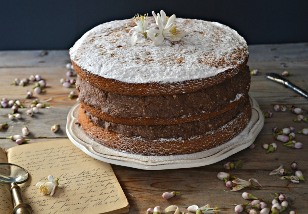 Tarta con frosting de queso fresco y chocolate