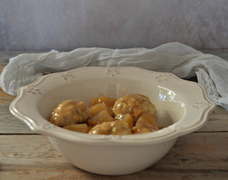 Albóndigas de pollo con piña y salsa de soja